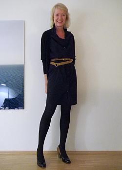 Dunkelblaues kleid mit schwarzer strumpfhose